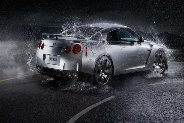 Nissan en la carretera con lluvia