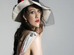 Distinguida mujer con labios rojos y un sombrero