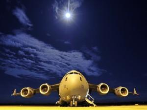 Postal: Avión en la pista de aterrizaje