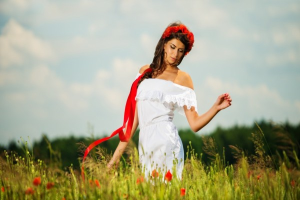 Mujer caminando entre las flores