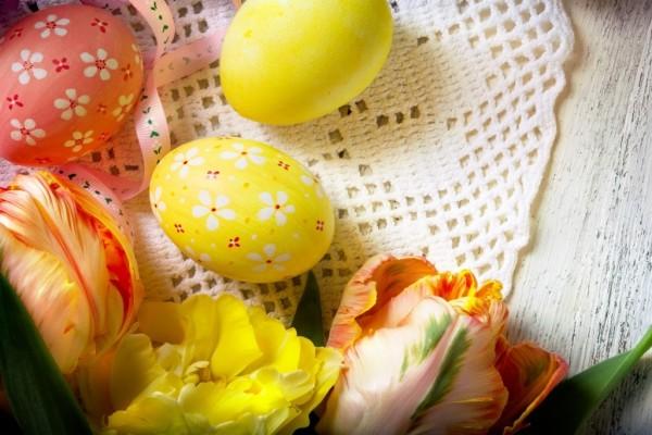Huevos de Pascua y tulipanes