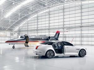 Avión y coche en el hangar