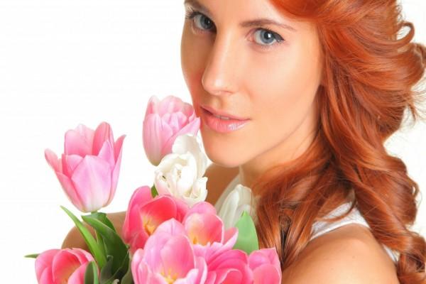 Mujer con un ramo de tulipanes