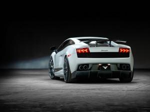 Lamborghini con las luces traseras encendidas