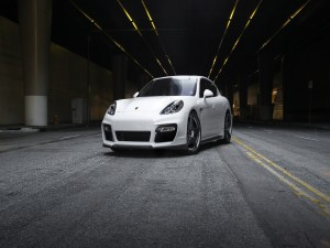 Postal: Porsche Panamera de color blanco