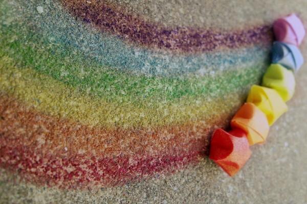 Arcoíris pintado en el suelo