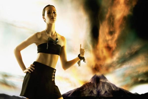 Chica cerca de un volcán