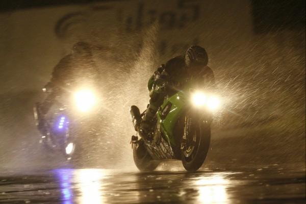 Motos bajo la lluvia