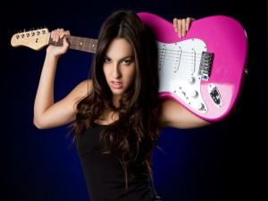 Postal: Chica con un guitarra eléctrica rosa