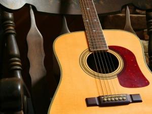 Postal: Guitarra sobre la silla