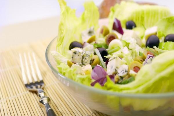 Ensalada con queso azul y aceitunas