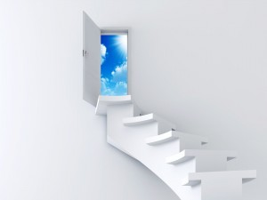 Puerta abierta al final de la escalera