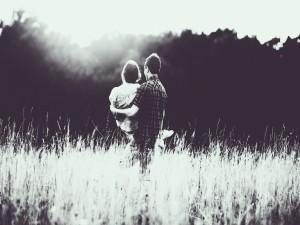 Pareja de enamorados en el campo