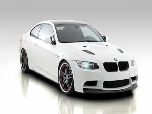 BMW blanco con las luces encendidas