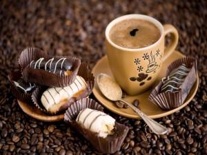 Postal: Taza de café acompañado con pasteles de chocolate