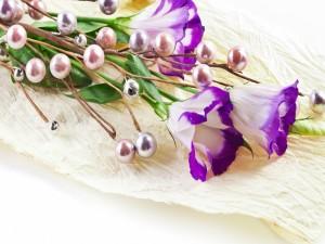 Ramo preparado con bolas y flores