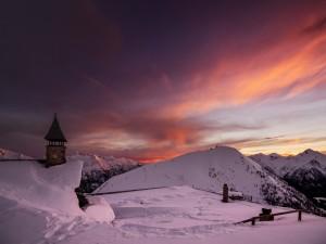 Mirando el atardecer con montañas cubiertas de nieve