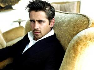 Colin Farrell en un sofá