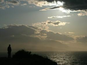 Hombre contemplando el mar
