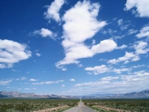 Postal: Nubes sobre la carretera