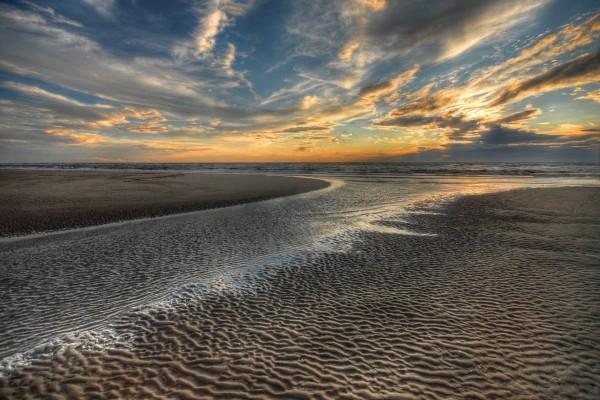 Atardecer con arena húmeda y seca