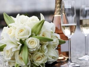 Ramo de novia y copas con champán