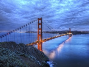 Postal: Cielo cubierto de nubes sobre el puente