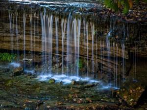 Agua fluyendo en la naturaleza