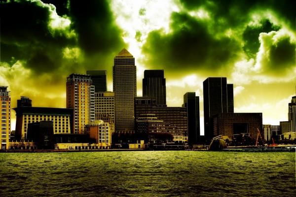 Grandes nubes sobre los edificios