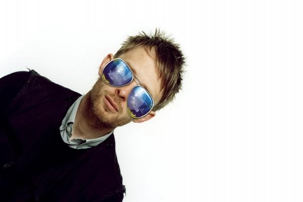 Chico con originales gafas de sol