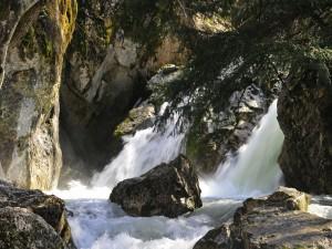La fuerza del río contra las rocas