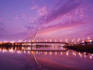 Puente sobre el río al anochecer