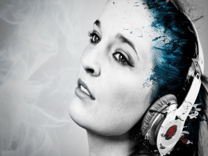 Postal: Mujer disfrutando de la música