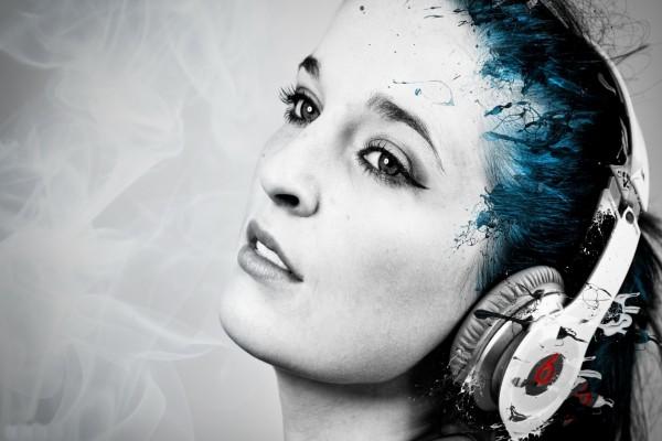 Mujer disfrutando de la música