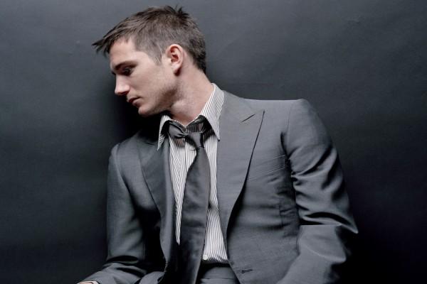 Chico con traje y corbata