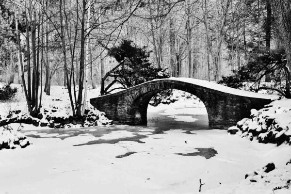 Puente de piedra nevado