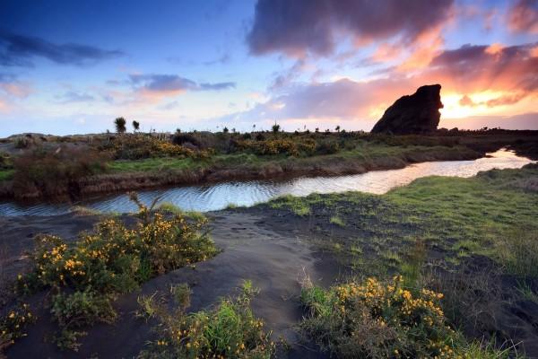 Un estrecho río