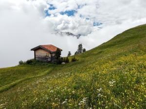 Casa en la montaña con niebla