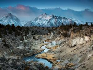 Río en el cañón, al este de Sierra Nevada