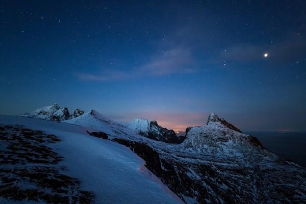 Noche de estrellas en las montañas nevadas