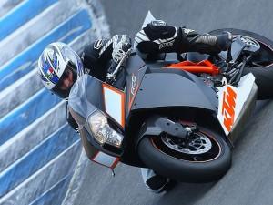 Pilotando una moto KTM RC8
