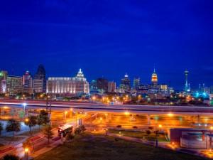 Postal: Edificios y calles al caer la noche