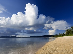 Mirando las nubes desde la orilla