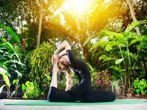 Mujer en postura de yoga