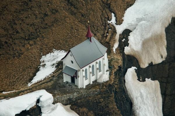 Iglesia cerca de la pendiente