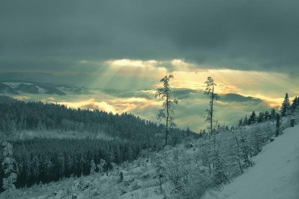 La luz del sol entre las nubes