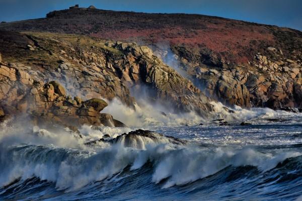 Grandes olas junto a la costa