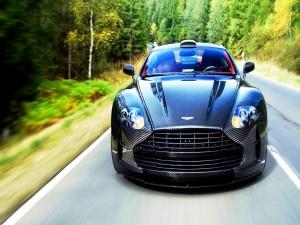 Bonito Aston Martin por una carretera