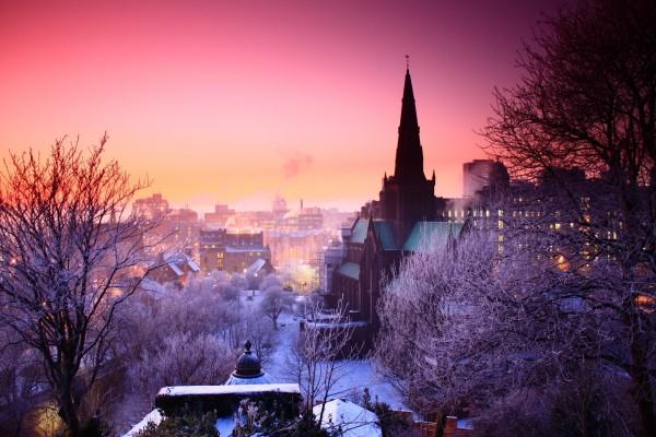 Nieve en la ciudad al amanecer