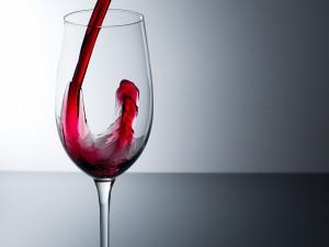 Chorro de vino tinto en la copa